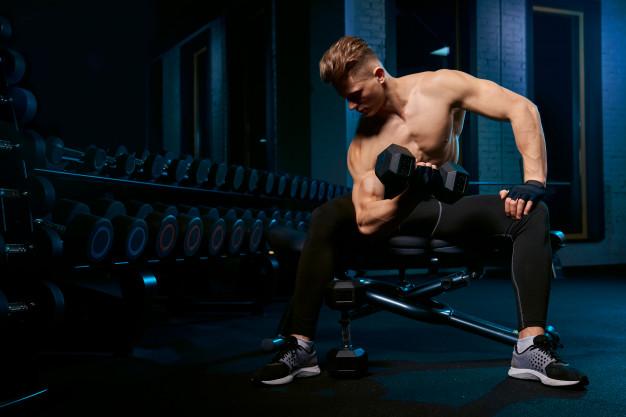Se muscler grâce à un banc de muscu